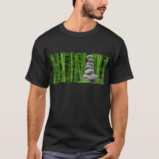 Camiseta A monge da meditação do jardim do zen apedreja o