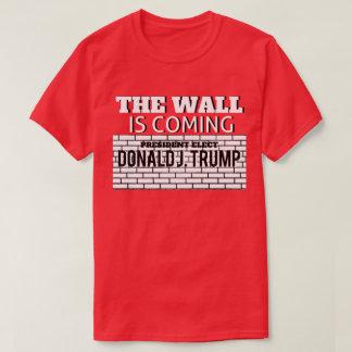 """Camiseta """"A parede é"""" - T de vinda da vitória do trunfo"""