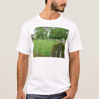 Camiseta A pedra circunda rochas do musgo das árvores de