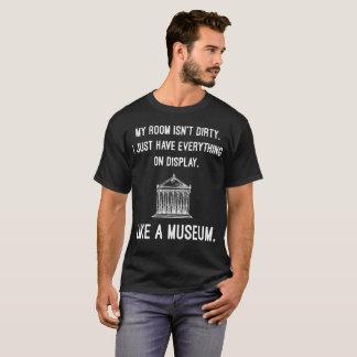 Camiseta A sala não está suja apenas tem tudo na exposição