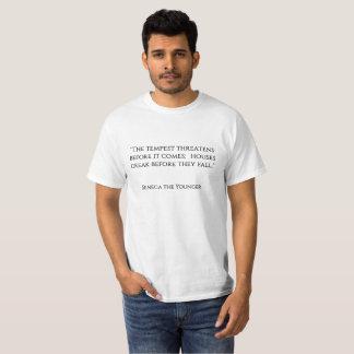 """Camiseta """"A tempestade ameaça antes que venha; abriga o cre"""