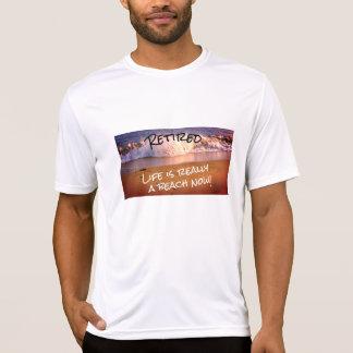 Camiseta A vida aposentada é realmente uma praia agora -