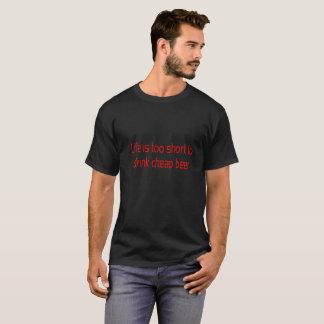 Camiseta A vida é demasiado curta beber a cerveja barata -