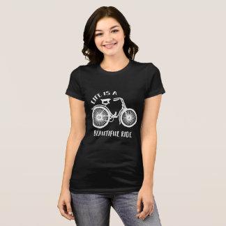 Camiseta A vida é um t-shirt bonito da bicicleta do passeio