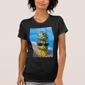 Camiseta Abacaxi que veste óculos de sol na piscina