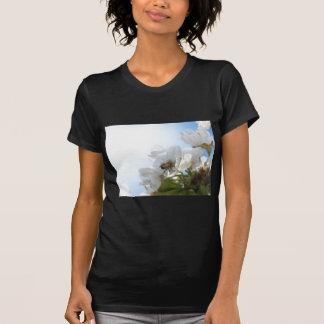 Camiseta Abelha do mel nas flores de cerejeira