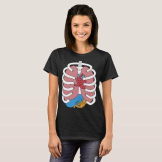 Camiseta Abraçando o órgão de esqueleto engraçado do traje