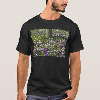 Camiseta Açafrões do campo de flores na grama do primavera