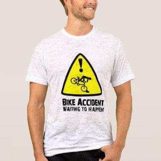 Camiseta Acidente da bicicleta que espera para acontecer