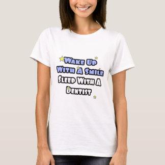 Camiseta Acorde com um sono do sorriso… com um dentista