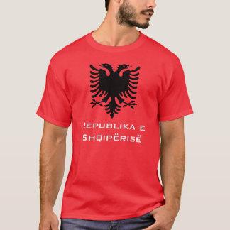 Camiseta Albanês preto Eagle no fundo vermelho