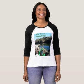 Camiseta Alegria do t-shirt de Geocaching. Cena rochosa do