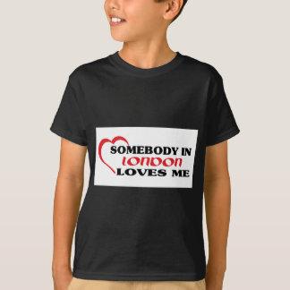 Camiseta Alguém em Londres ama-me
