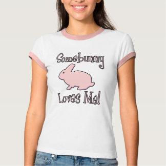 Camiseta Algum coelho ama-me t-shirt cor-de-rosa da páscoa
