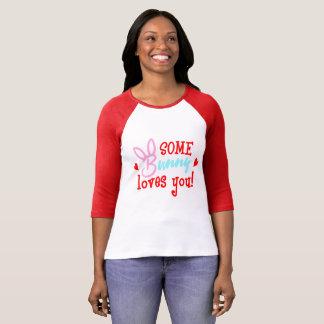 Camiseta Algum coelho ama-o romântico engraçado