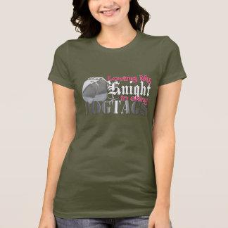 Camiseta Amando meu cavaleiro em Dogtags brilhante