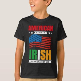 Camiseta Americano pelo IRLANDÊS do nascimento pela graça