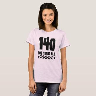 Camiseta Aniversário engraçado velho de 140 anos do cão um