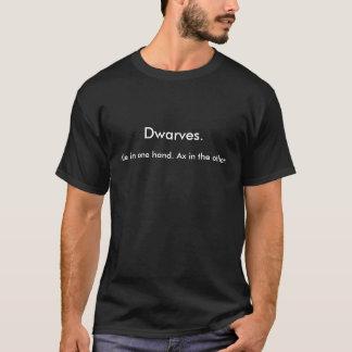 Camiseta Anões., cerveja inglesa em uma mão. Machado no