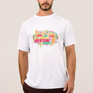 Camiseta Anúncio em linha e no método tradicional dos meios