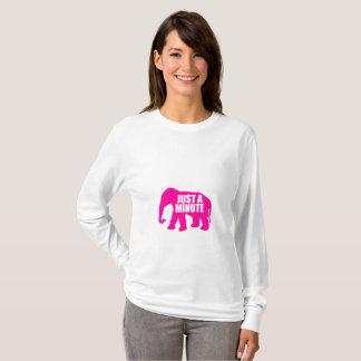 Camiseta Apenas um minuto. Elefante cor-de-rosa