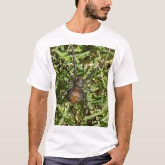 Camiseta Aranha do Redback na grama verde,