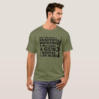 Camiseta Armas eu tenho a arma bonita da filha, pá, álibi,
