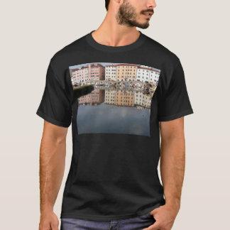 Camiseta As casas e os barcos são refletidos na água