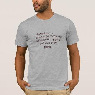 Camiseta às vezes eu olho fixamente no espelho com minhas