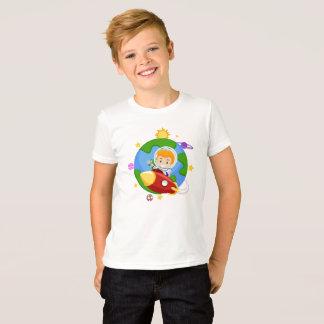Camiseta Astronauta do miúdo em um t-shirt do espaço do