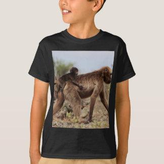 Camiseta Babuíno fêmea do gelada com um bebê
