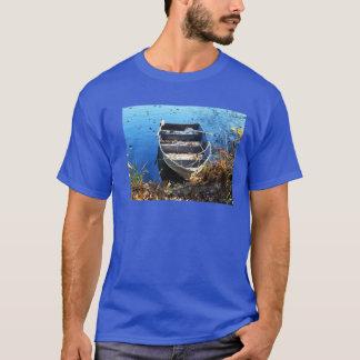 Camiseta Barco para pescar na água azul
