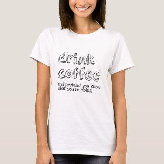 Camiseta Beba o café e finja-o sabem o que você é doin