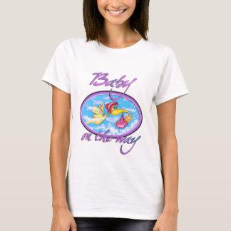 Camiseta bebê bonito no t-shirt da maneira