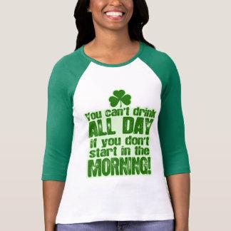 Camiseta Bebendo verde engraçado da cerveja