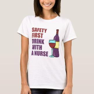 Camiseta Bebida da segurança em primeiro lugar com