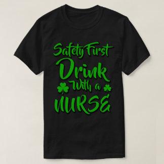Camiseta Bebida da segurança em primeiro lugar com uma