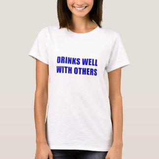 Camiseta Bebidas bem com outro