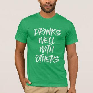 Camiseta Bebidas bem com outro o dia da almofada do St.