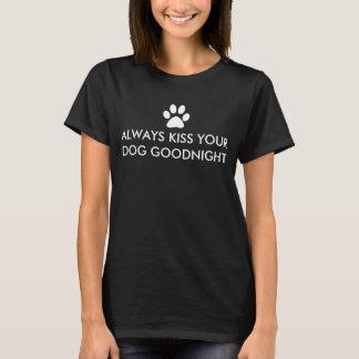 Camiseta Beije sempre seu impressão branco da pata do cão
