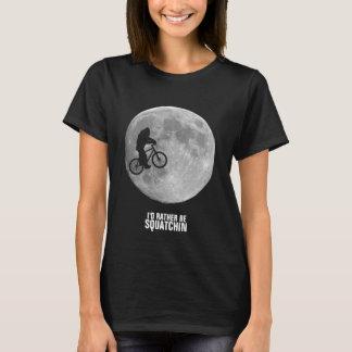 Camiseta Bigfoot na bicicleta com fundo da lua