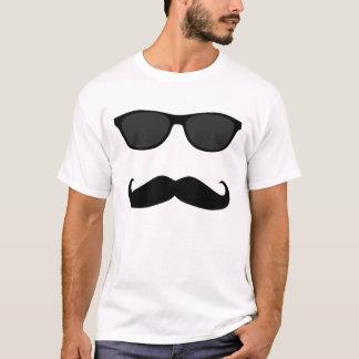 Camiseta Bigode e óculos de sol