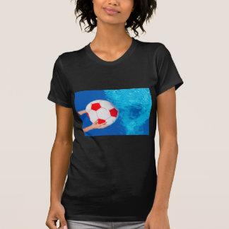 Camiseta Bola de praia da terra arrendada de braços acima