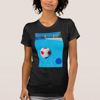 Camiseta Bola de praia que flutua na água na piscina