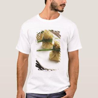 Camiseta bolinhas de massa arbitrárias com molho de