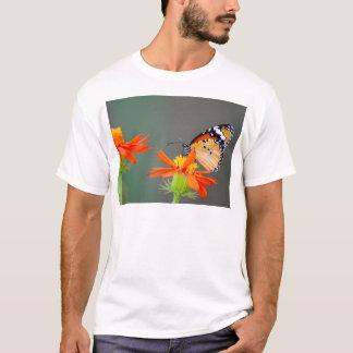 Camiseta Borboleta de monarca africana na flor alaranjada