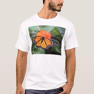 Camiseta Borboleta de monarca na flor alaranjada