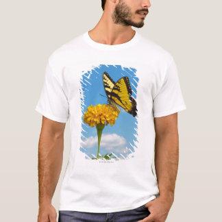 Camiseta Borboleta de Swallowtail do tigre em uma flor