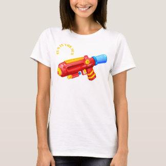 Camiseta brinque o divertimento da arma de água no tshirt