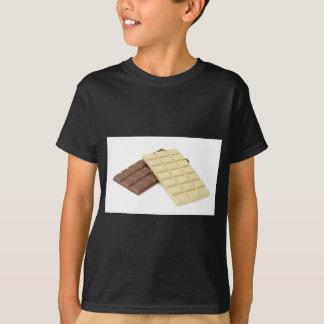 Camiseta Brown e bares de chocolate brancos